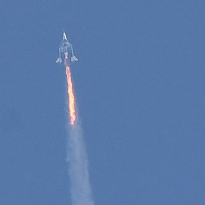 Miliarder Inggris Richard Branson berhasil terbang ke luar angkasa dengan Virgin Galactic.