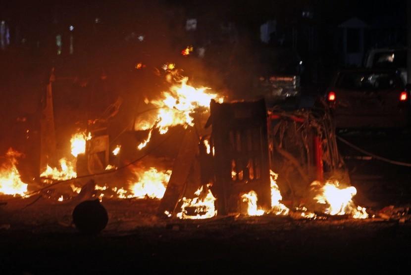 Milisi Somalia meledakkan sebuah bom mobil sebagai upaya menghanguskan hotel Ibu Kota Somalia, Mogadishu, Kamis (28/2).