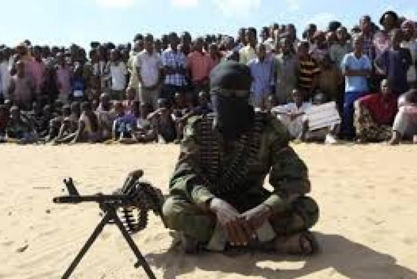 Militan Boko Haram memamerkan senjatanya.