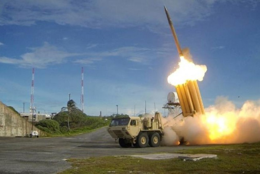 Militer Amerika Serikat (AS) mulai memindahkan sebagian sistem pertahanan antirudal Terminal High Altitude Area Defence (THAAD) yang kontroversial ke lokasi penempatannya di Korea Selatan, Rabu (26/4).