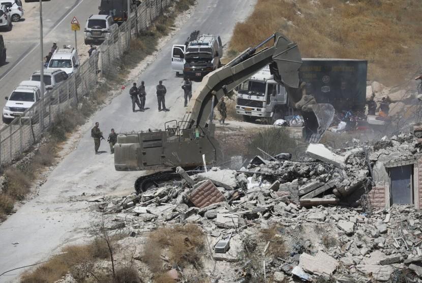 Militer Israel menghancurkan bangunan milik warga Palestina di Sur Baher, Yerusalem Timur, Senin (22/7) waktu setempat.