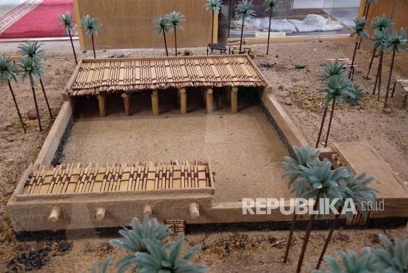 Miniatur Masjid Nabawi dengan bangunan Makam Rasulullah masih di luar masjid lada masa Khalifah Utsman bin Affan di Museum Dar Al Madinah.