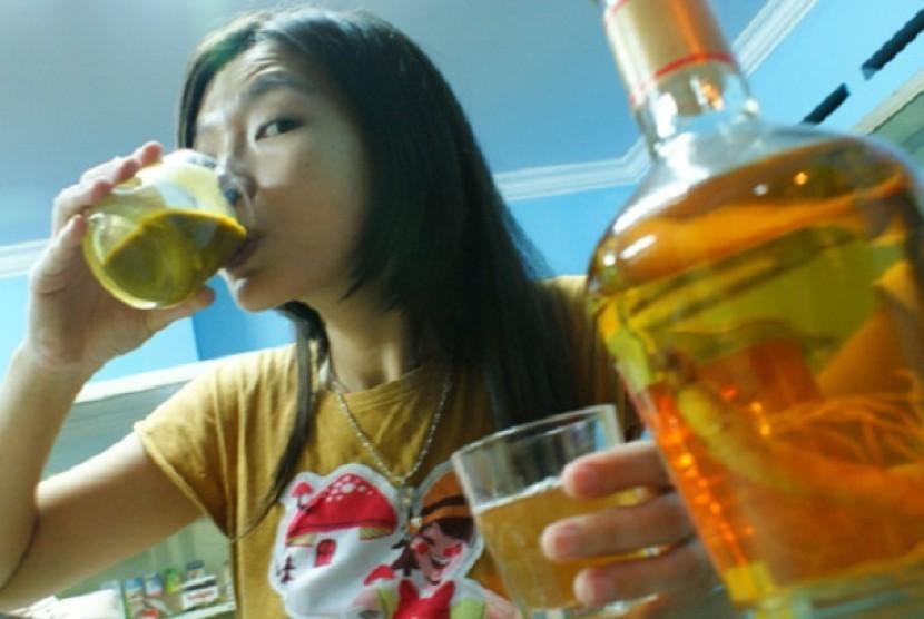 Minum jamu (ilustrasi)