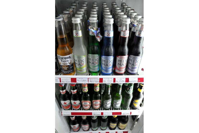 Minuman beralkohol di minimarket. (Prayogi/Republika)