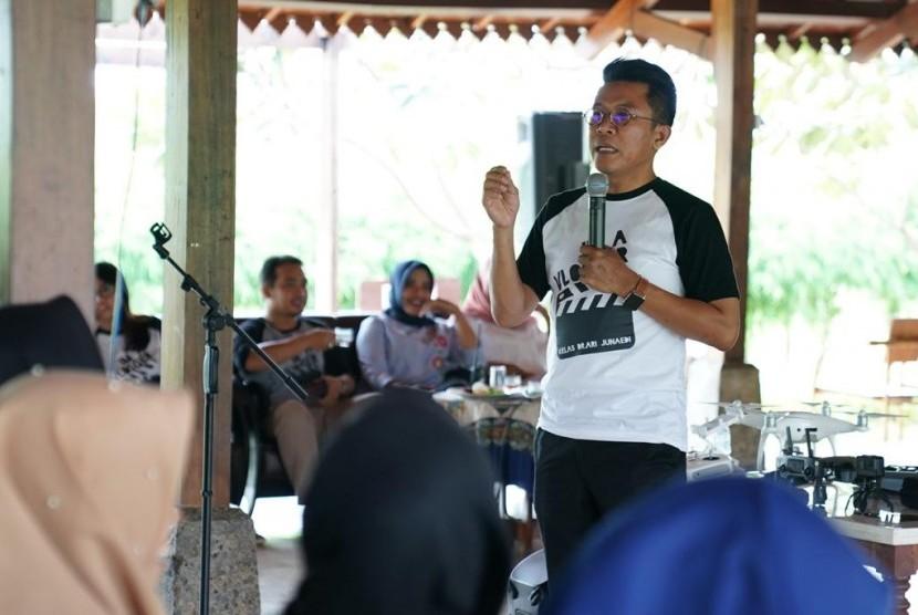 Misbakhun memberikan pelatihan vlog di Pasuruan.