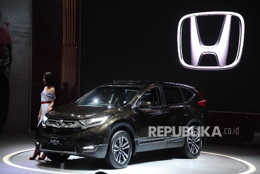 Mobil All New Honda CR-V diperlihatkan saat pada pameran mobil IIMS 2017 di Jakarta, Kamis (27/4).