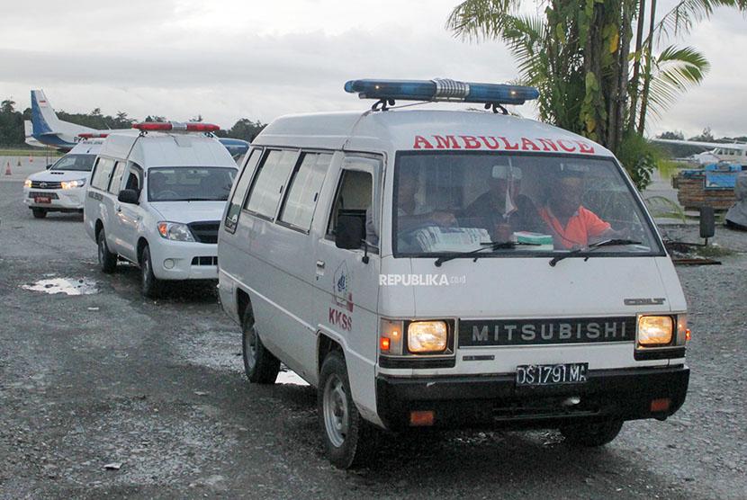 Mobil ambulan membawa peti berisikan korban penembakan dan pembacokan Kelompok Kriminal Bersenjata (KKSB) setibanya di Bandara Mozes Kilangin Timika, Papua, Senin (25/6).