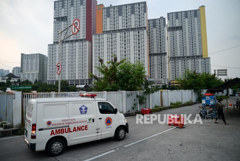 Mobil ambulans memasuki area Rumah Sakit Darurat Covid-19 Wisma Atlet, Jakarta, Senin (7/6).