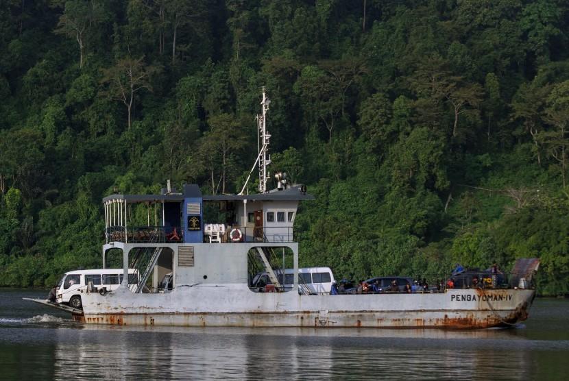 Mobil ambulans yang membawa peti jenazah, diseberangkan menuju Dermaga Sodong, Nusakambangan, Cilacap, Jateng, Kamis (28/7).