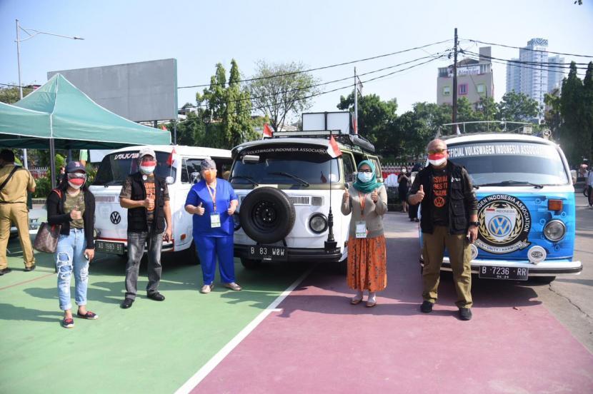 Mobil antik akan turut ambil serta dalam kegiatan vaksinasi keliling di wilayah Jakarta yang dilakukan oleh Sentra Vaksinasi Serviam (SVS). Mobil antik tersebut merupakan mobil Volkswagen Combi yang disumbangkan oleh Volkswagen Van Club (VVC).