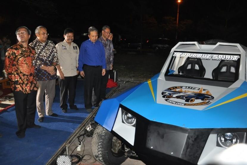 Mobil BLITS yang merupakan mobil Rally Dakar karya tim ITS yang bekerja sama dengan PT PLN (Persero) dan Universitas Budi Luhur Jakarta