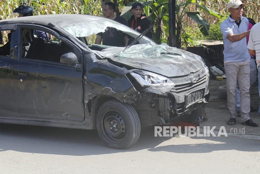 Mobil komplotan begal di Kampung Selakopi, Kecamatan Cililin mengalami  kerusakan parah, Kamis (2/5).