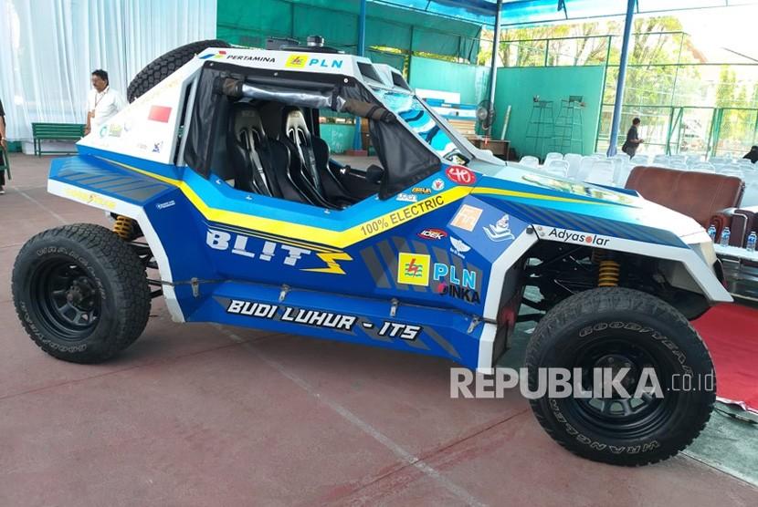 Mobil listrik BLITS dan mobil hibrida Kasuari karya ITS dan UBL singgah di Kota Padang, Rabu (5/12), untuk mengisi daya.
