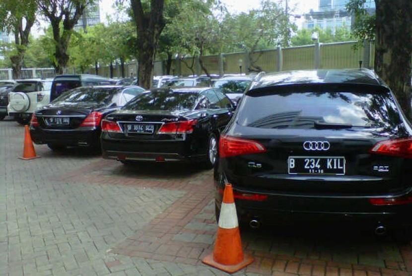 Mobil mewah mantan ketua Mahkamah Konstitusi Akil Mochtar diparkir di KPK, Jakarta, Rabu (9/10)