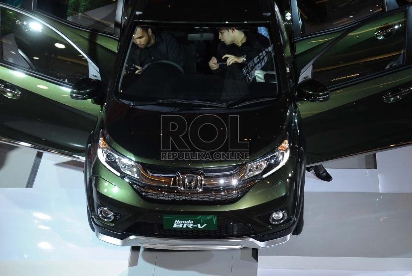 Mobil MPV type Honda BR-V 1.5 diperlihatkan pada pusat perbelanjaan di Jakarta, Rabu (2/12). (Republika/ Tahta Aidilla)