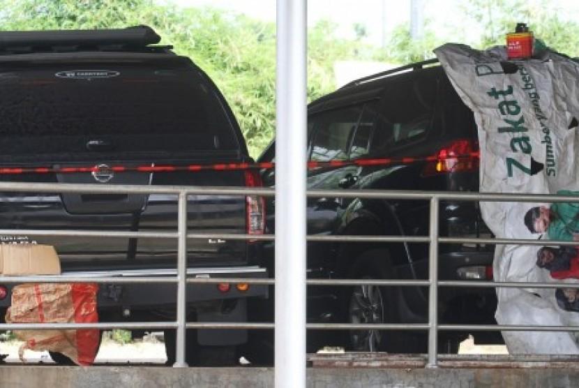 Mobil Nissan jenis Navara berwarna hitam dan Pajero Sport yang diduga milik Lutfhi Hasan Ishaaq disita KPK diparkir di halaman DPP PKS, Jakarta, Selasa (7/5).