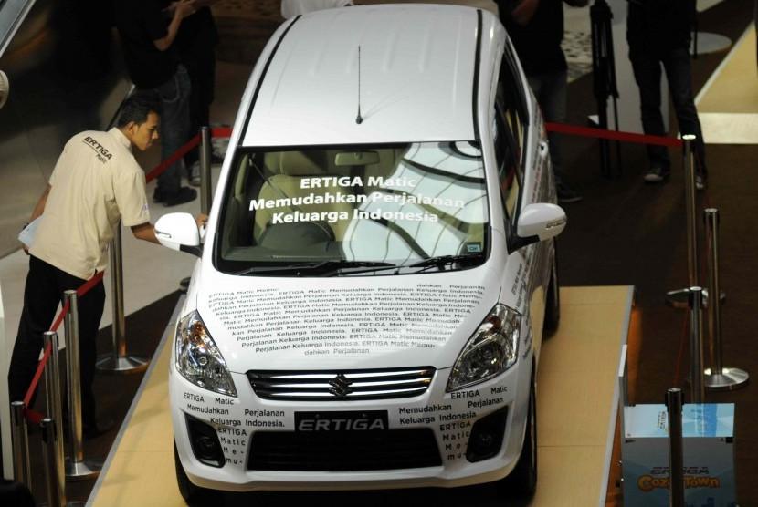 Mobil Suzuki Ertiga Matik terbaru dipamerkan d salah satu pusat perbelanjaan, Jakarta, Jumat (17/5).