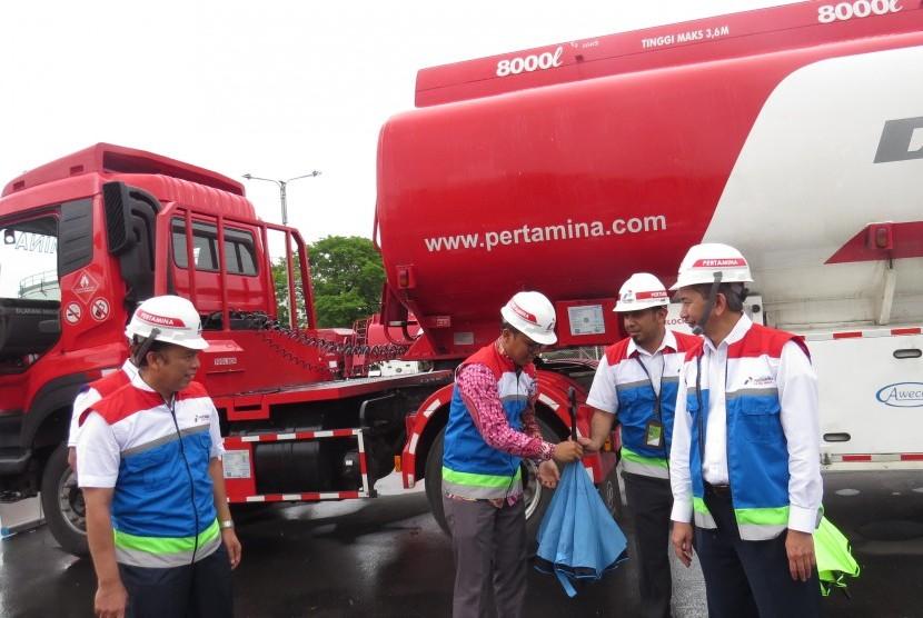 Mobil tangki pengangkut bahan bakar minyak (BBM) berjajar rapi di Terminal BBM Jakarta, beberapa waktu lalu. PT Pertamina Patra Niaga memberikan pelatihan usaha kepada para istri awak mobil tangki, Kamis (14/12), di TBBM Surabaya Group.