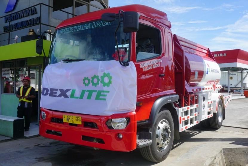 Mobil tanki Pertamina saat uji coba Dexlite di Gunungsitoli, Sumut, Selasa (3/10).