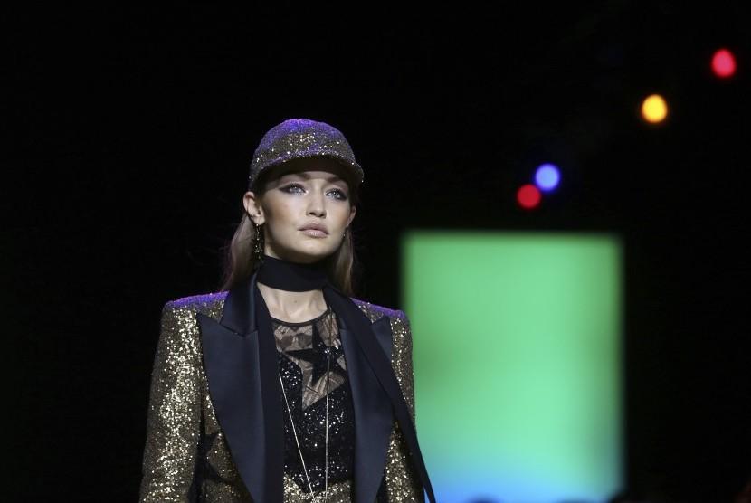 Model Gigi Hadid saat melenggang di peragaan busana Paris Fashion Week.