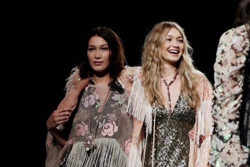 Model kakak beradik, Bella (kiri) dan Gigi Hadid.