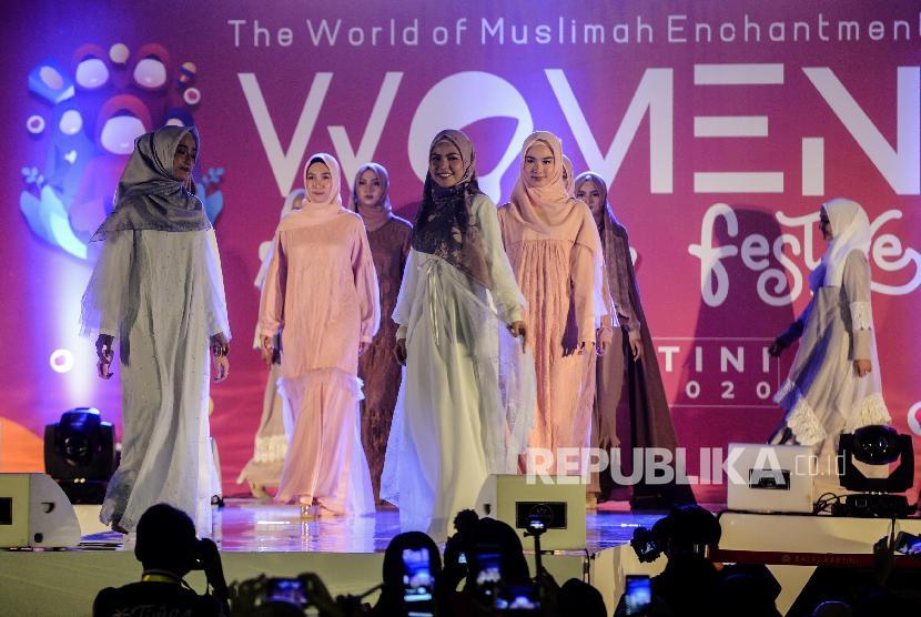 Model memperagakan busana karya Elzatta pada acara The World of Muslimah Enchantment Women Festive di Balai Kartini, Jakarta, Sabtu (7/3). (ilustrasi)