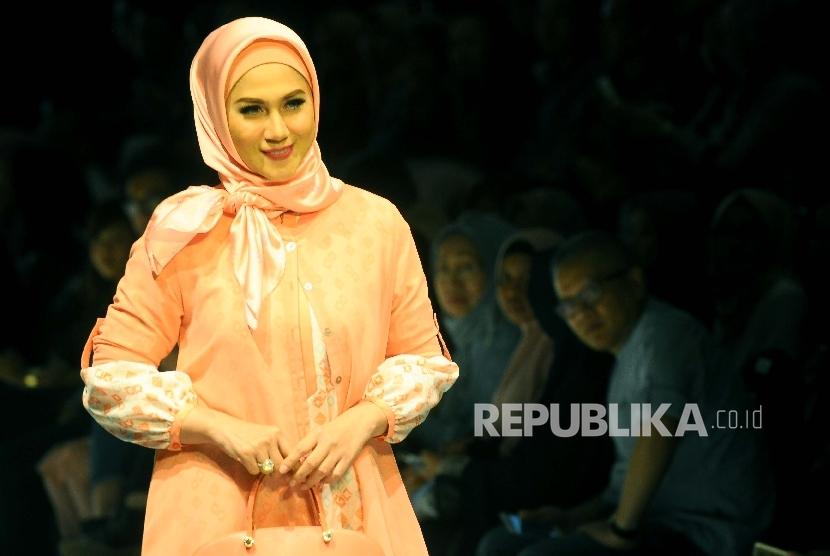 Model memperagakan busana muslim Elhijab dalam Muslim Fashion Festival (MUFFEST) 2017 di Jakarta Convention Centre, Jakarta, Sabtu (9/4).