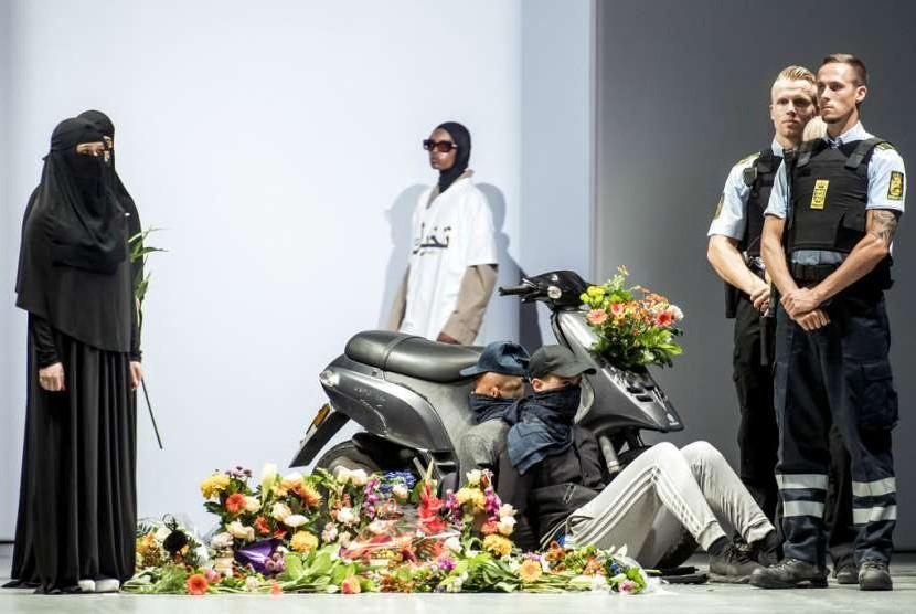 Model menampilan kreasi desainer kelahiran Iran Reza Etamadi di peragaan busana di Kopenhagen. Kreasinya menampilkan model dengan hijab dan cadar dalam pakaian polisi. Denmark baru mengeluarkan larangan menutup wajah di publik.