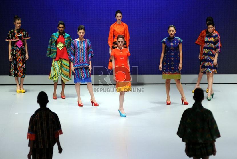Model-model memeragakan busana-busana rancangan para peserta Indonesia Fashion Week 2013 di Balai Sidang Jakarta (Jakarta Convention Centre), Jakarta, Kamis (14/2).  (Republika/Aditya Pradana Putra)