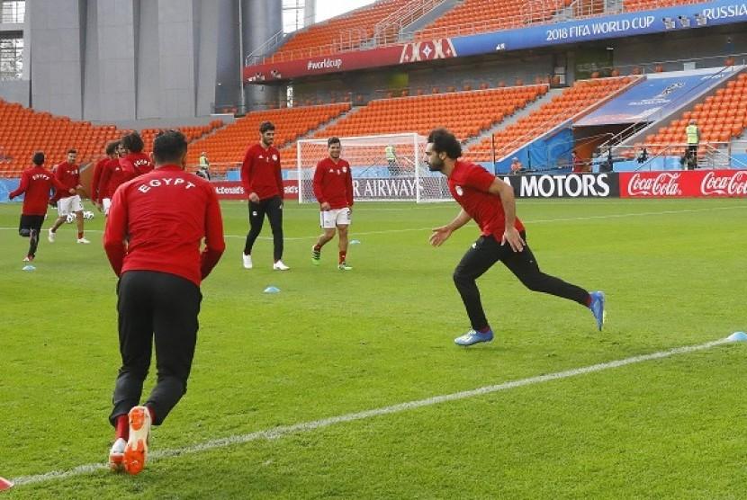 Mohamed Salah (kanan) saat berlatih dengan timnas Mesir, Kamis (14/6).