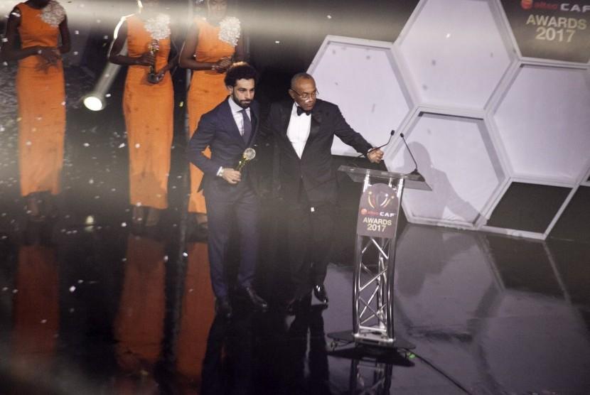 Mohamed Salah ketika menerima penghargaan sebagai Pemain Terbaik Afrika Tahun 2017.