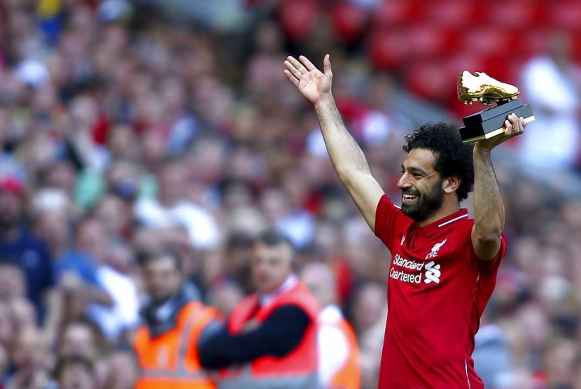 Mohamed Salah memegang trofi Sepatu Emas.