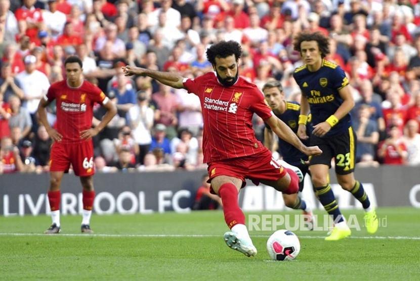 Mohamed Salah mencetak gol dari titik penalti pada laga Liga Inggris di Stadion Anfield, Liverpool, Ahad dinihari (24/8).