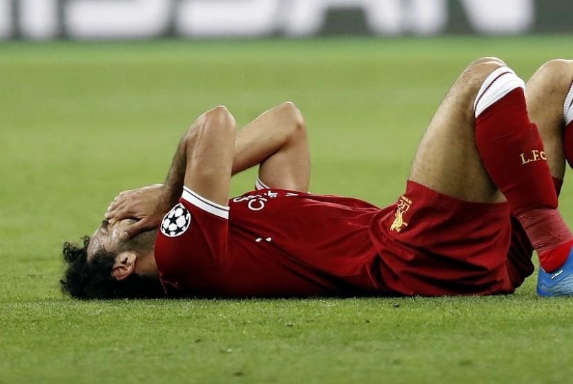 Mohamed Salah meringis kesakitan sesaat setelah terjatuh oleh Sergio Ramos. Lengan Salah tertarik dan berujung cedera di bagian bahu. Mo salah bahkan terpaksa ditarik keluar di pertengahan babak pertama.