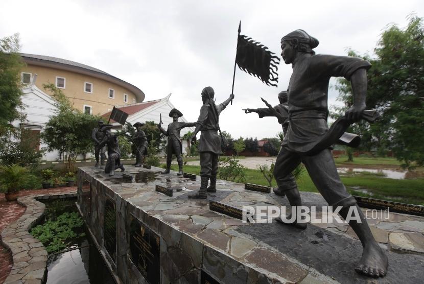 Monumen perjuangan Laskar Tionghoa dan Jawa melawan VOC atau lebih dikenal sebagai prasasti  GegerPecinan  di Taman Budaya Tionghoa,Taman Mini Indonesia Indah (TMII), Jakarta, Rabu (3/1).