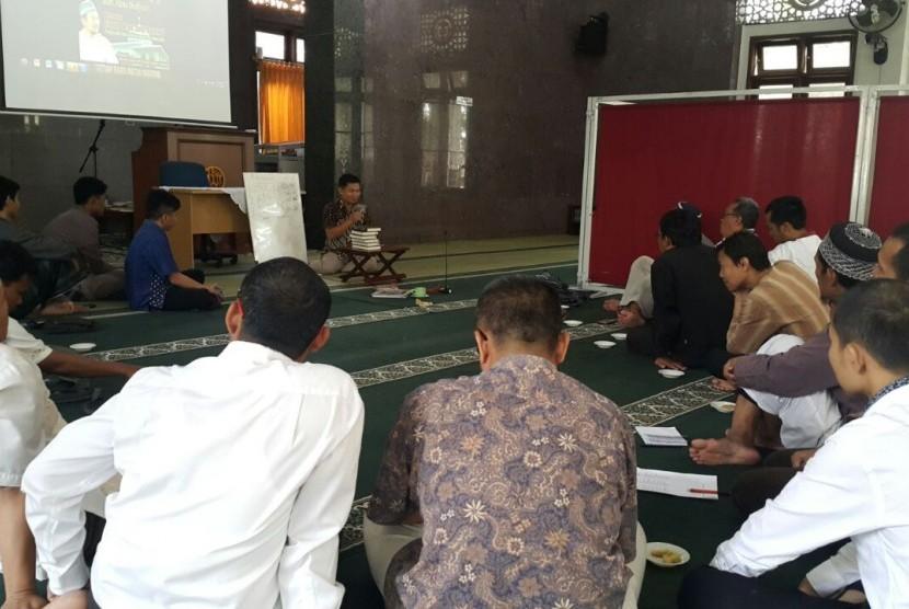 Motivator Supardi Lee sedang mengisi kajian 'Ngaji dan Sinergi Bisnis' di Masjid Alumni IPB Bogor, Jawa Barat.