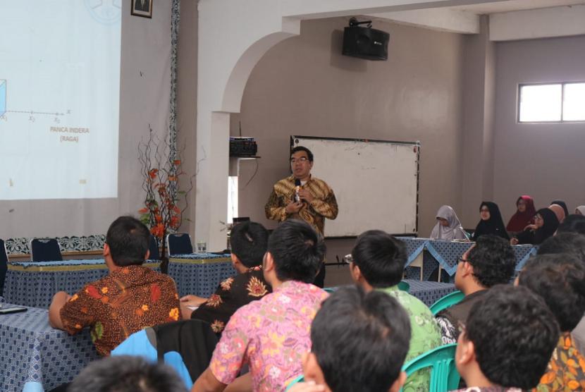 Motivator Suprarasional, Ridwan Hasan Saputra saat menjadi pembicara di SMA AL Irsyad Al Islamiyyah Purwokerto.