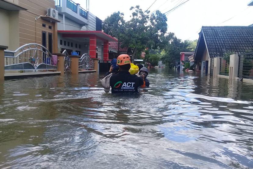 MRI-ACT Kaltim membantu korban banjir di Samarinda.