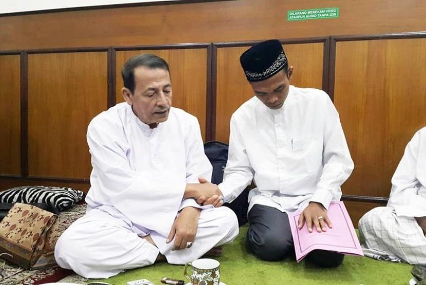 Mubaligh kenamaan Ustaz Abdul Somad (UAS) bertamu ke kediaman pemimpin Jamiyyah Ahlith Thariqah al-Mu'tabarah an-Nahdliyyah (JATMAN), Habib Luthfi bin Yahya, Jumat (8/2) lalu.