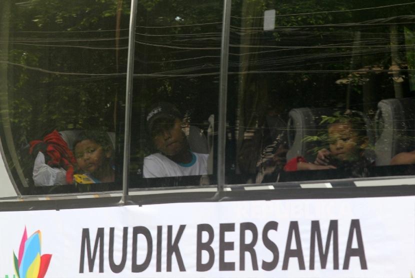Mudik Gratis Bareng PLN di halaman PLN Kantor Pusat, Jakarta, Jumat (1/7). (Republika/Yasin Habibi)