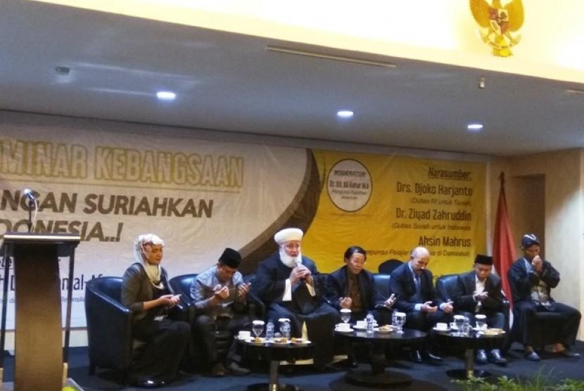 Mufti Agung Damaskus Suriah Syekh Adnan al-Afyouni (tengah) memimpin doa dalam Seminar Internasional 'Jangan Suriahkan Indonesia' di Jakarta, Kamis (1/11)