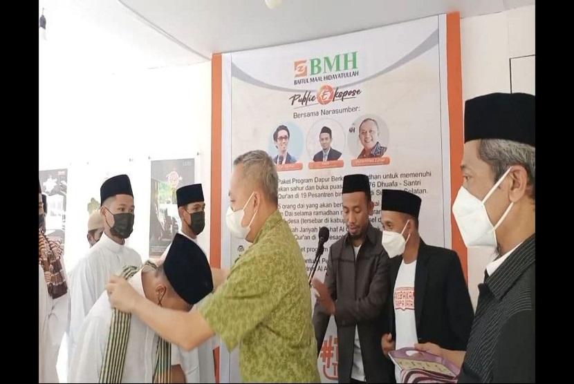 Muhammad Huzair dari Yayasan Hadji Kalla secara simbolis melepas 15 dai Ramadhan yang akan bertugas sebagai imam masjid, guru ngaji yang tersebar  di 15 desa di pedalaman Sulsel dan Sulbar.