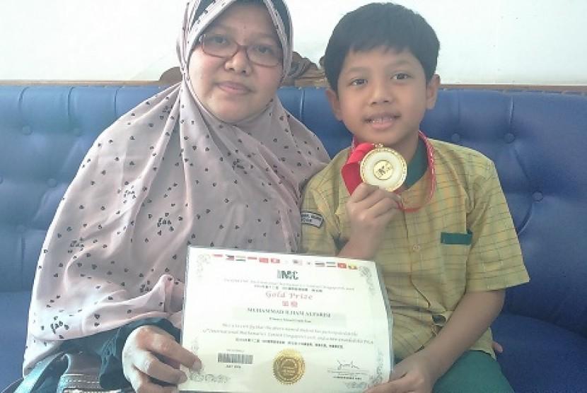 Muhammad Ilham Al-Farisi, siswa kelas empat SDIT Ummul Quro, Kota Bogor meraih medali emas di ajang International Mathematics Contest Singapura (IMCS) 2016.