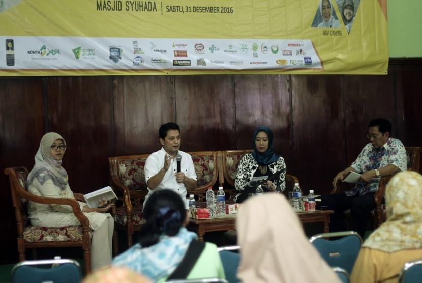 Muhammad Nur Rizal (kedua kiri) dan istrinya, Novi Candra (kedua kanan), serta Prof Suyanto (paling kanan) saat menjadi pembicara dalam bedah buku 'Sekolah Nir Kekerasan' dalam rangkaian acara Tabligh Akbar Republika 2016 di Aula Masjid Syuhada, Sabtu (31/12) sore.