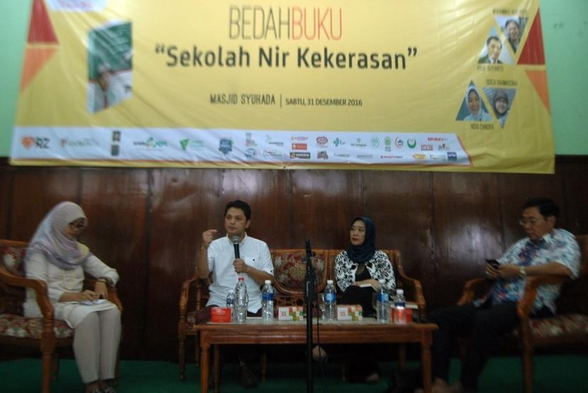 Muhammad Nur Rizal (kedua kiri) dan istrinya, Novi Candra (kedua kanan) saat menjadi pembicara dalam bedah buku 'Sekolah Nir Kekerasan' dalam rangkaian acara Tabligh Akbar Republika 2016 di Aula Masjid Syuhada, Sabtu (31/12) sore.