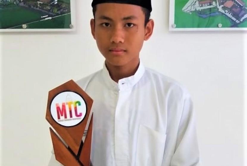 Muhammad Umar Ibrahim, santri penerima beasiswa pendidikan Laznas BMH raih juara II kompetisi Matematika se-Jatim.