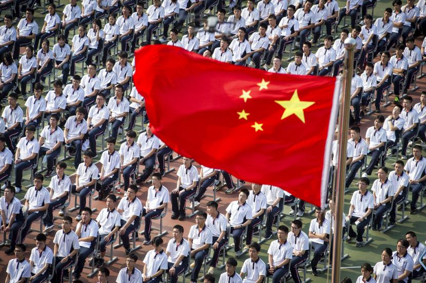 Murid-murid mengikuti upacara memulai tahun ajaran baru di sebuah SMA di Wuhan, Hubei, China, (Selasa (1/9). Sekolah dan universitas di Wuhan mulai belajar tatap muka secara reguler setelah tidak adanya kasus transmisi lokal Covid-19 selama dua pekan di China.