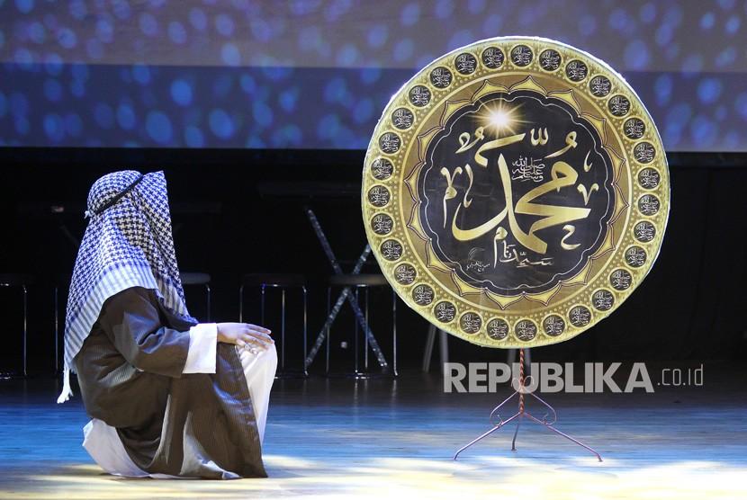 Murid SD Islam Al Azhar berakting saat pementasan drama Isra Miraj: The Miraculous Night Journey di Gedung Balai Pemuda Surabaya, Jawa Timur, Jumat (13/4).