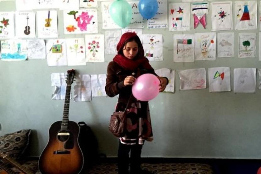 sekolah gitar untuk anak jalanan afghanistan   republika