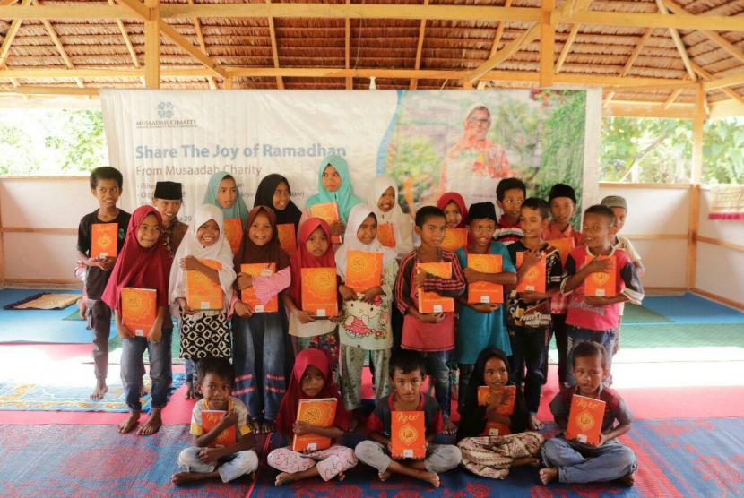 Musaadah Charity bersama Rumah Zakat menyalurkan paket Quran dan bingkisan lebaran di Desa Salubomba, (21/5).